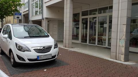Zwei Fundstellen von Patronenhülsen am Tatort einer Schießerei in Rüsselsheim