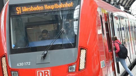 Eine S-Bahn fährt am Hauptbahnhof los