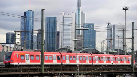 Eine S-Bahn fährt durch Frankfurt