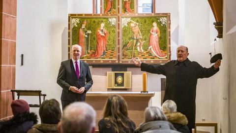 Der Frankfurter Bürgermeister Uwe Becker (l) und Stadtdekan Johannes zu Eltz (r) stehen in der umgestalteten und renovierten Wahlkapelle im Frankfurter Bartholomäus-Dom.