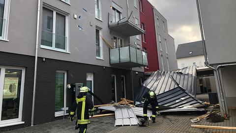 """Abgedecktes Dach in Hünstetten (Rheingau-Taunus) nach Sturmtief """"Sabine"""""""