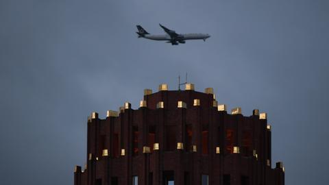 """Flugzeug über dem Hotel Main Plaza im Landeanflug auf Flughafen Frankfurt während Sturmtief """"Sabine"""""""