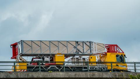 Der gelb-rote Lkw, der seit Sperrung der Salzbachtalbrücke auf eben jener steht.