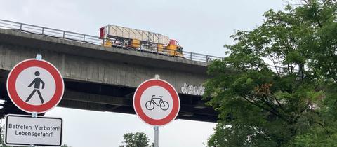 Einsam und verlassen thront der Spezial-Lkw auf der gesperrten Salzbachtalbrücke.