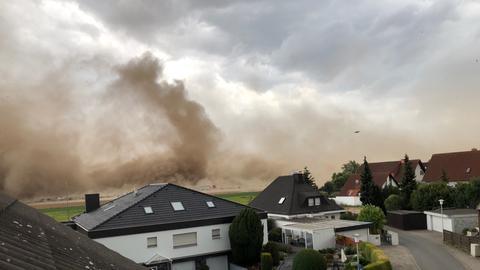 Bei Weiterstadt-Gräfenhausen in Südhessen wirbelte der Sturm Sand und Erde auf.