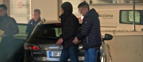 Zivile Beamte bringen Sanel M. am Donnerstagmorgen zur Bundespolizei am Frankfurter Flughafen.