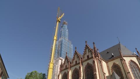 Eingerüsteter Turm der Dreikönigskirche in Frankfurt