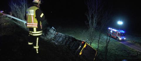 Der Sattelzug ist an der A7 eine Böschung hinabgestürzt.