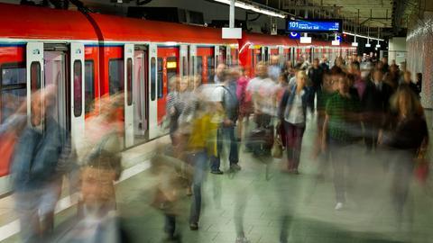 Menschen verlassen eine gerade eingefahrene S-Bahn im Frankfurter Hauptbahnhof