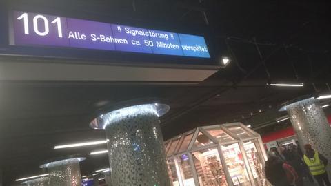 S-Bahn-Anzeige am Mittwochabend am Frankfurter Hauptbahnhof