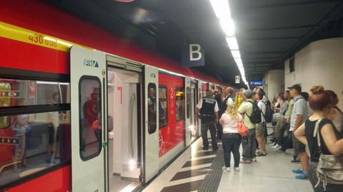 Die S-Bahn musste rund eine halbe Stunde warten.