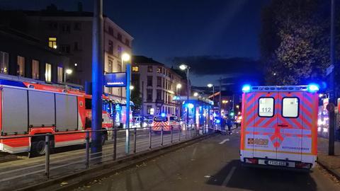 Absperrungen und Einsatzfahrzeuge an der Station Ostendstraße