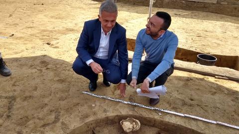 Frankfurts OB Feldmann bei der Bergung des Steinzeit-Menschenschädels