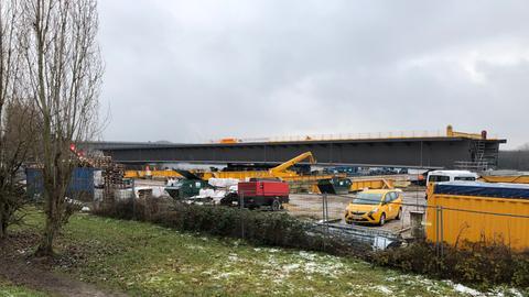 Das letzte Teilstück der Schiersteiner Brücke wird in dieser Woche an seinen Platz gebracht.