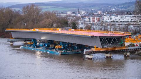 """Das Brückenbauteil wird mittels einer Schwimmplattform """"eingeschwommen""""."""