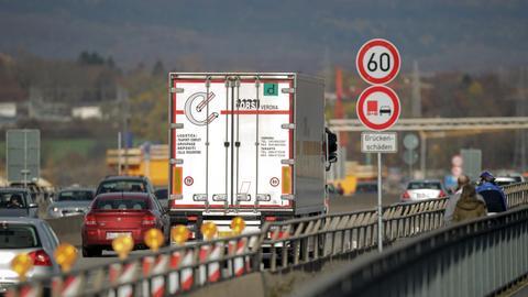 Ein Lastwagen fährt über die Schiersteiner Brücke.