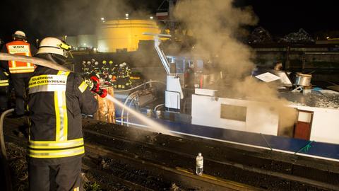 Rund 80 Einsatzkräfte bekämpfen den Brand bis tief in die Nacht.