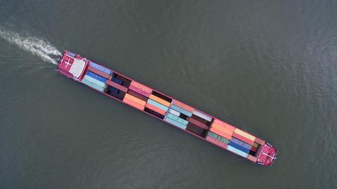 Beladener Frachter auf dem Rhein