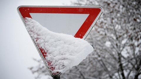 Eingeschneites Straßenschild