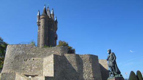 Statue von Wilhelm von Oranien mit Mundschutz vor dem Dillenburger Schloss.