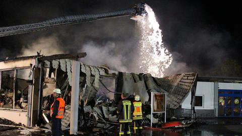 Feuerwehrleute versuchen am Sonntag, den Brand eines Supermarkts zu löschen.