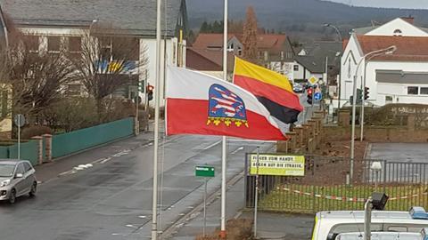Die Flaggen an der Polizeistation in Schlüchtern wurden auf dem Kopf stehend gehisst.