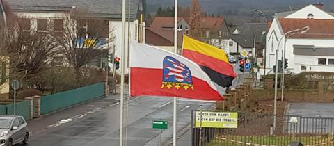 Die kopfüber gehissten Flaggen am 27. Januar an der Polizeistation Schlüchtern.