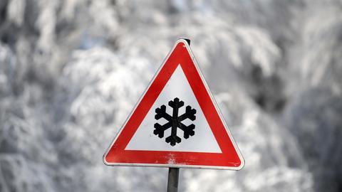 Schild warnt vor winterlichen Straßenverhältnissen