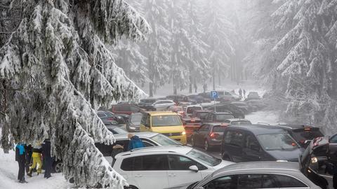 Verkehrschaos am verschneiten Feldberg