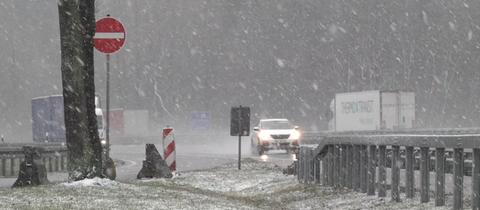 Dicke Schneeflocken fallen auf der A7 bei Kassel.