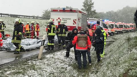 Bei der Katastrophenübung am Hattenbacher Dreieck hatten die Einsatzkräfte mit dem Schnee zu kämpfen.
