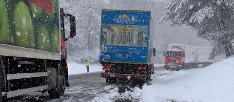 Lkw auf verschneiter Straße im Taunus
