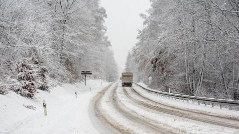 Lkw auf der verschneiten B417 bei Wiesbaden am 13.12.2019