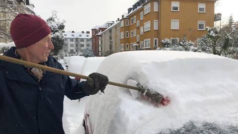 Wolfgang Burghardt beim Schneeschippen