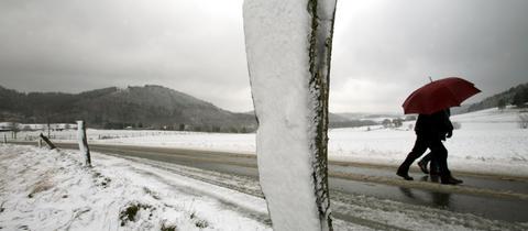 Spaziergänger in einer Winterlandschaft.