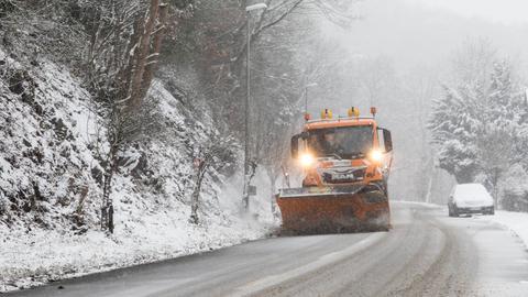 Der Winterdienst räumt eine Straße bei Schmitten im Hochtaunus.