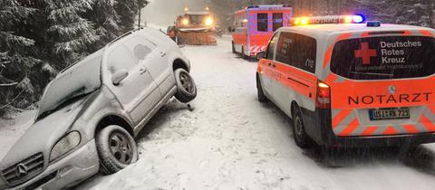 Im Schnee verunglücktes Auto im Taunus
