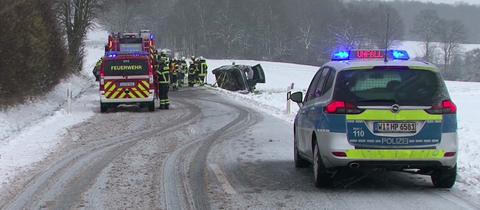 Unfall auf schneeglatter Straße zwischen Nieste und Niestetal