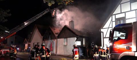 Feuerwehr löscht Brand von Drehleiter aus.