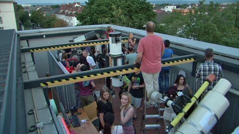 Schüler und Schülerinnen bereiten sich auf dem Dach des Schülerforschungszentrums in Kassel auf die Mondfinsternis vor.