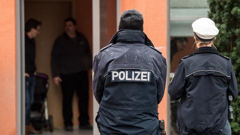 Polizisten am Tatort in Darmstadt-Arheilgen.