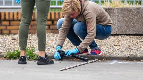Polizistinnen untersuchen den Tatort in Flörsheim