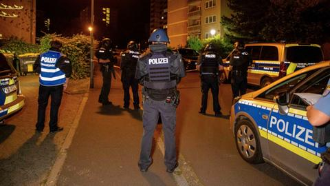 Polizisten auf dem Fuldaer Aschenberg, wo in der Nacht zum Sonntag Schüsse fielen