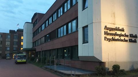 Ein Polizeiwagen steht am frühen Dienstagmorgen vor der psychiatrischen Klinik Frankfurt-Höchst.