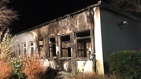 Ein Teil des Schulgebäudes in Riedstadt ist ausgebrannt.