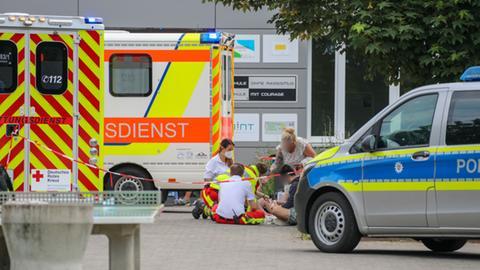 Rettungskräfte betreuen einen Schüler an der Schule in Lauterbach
