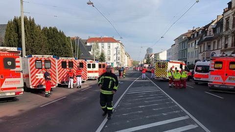 Einsatzkräfte am Donnerstag an der Schule in Offenbach.