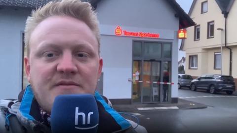 Jonas Schulte vor der Sparkasse in Friedrichsdorf