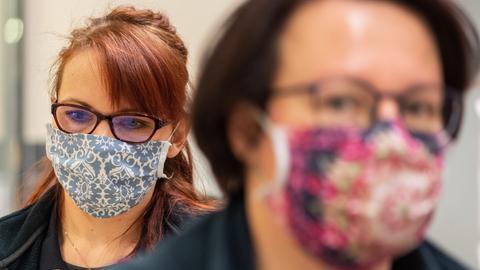 Frauen tragen Mundschutz