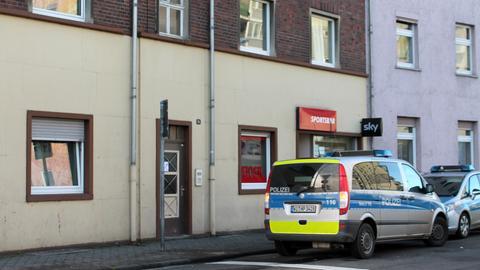 Einsatzfahrzeuge stehen vor dem Haus in Hanau, in dem die 30-Jährige erstochen wurde.